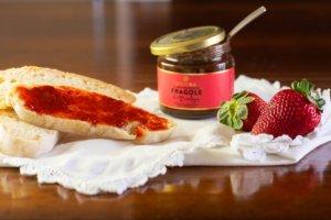 fetta di pane con confettura extra di fragole Bon'Ora Prodotti di Sardegna